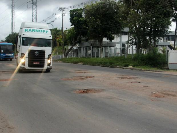 Buracos na Avenida Açaí, Distrito de Manaus (Foto: Patrick Marques/G1 AM)