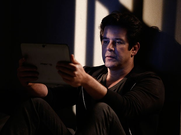 Na cadeia, Jonas lê a matéria que Verônica escreveu (Foto: Inácio Moraes/TV Globo)