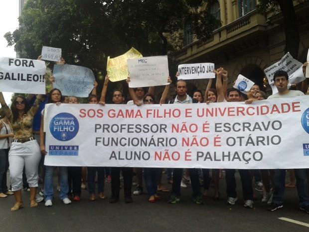 Entre 200 e 300 pessoas se reuniram no Centro da Cidade até às 17h (Foto: Gabriel Barreira/G1)