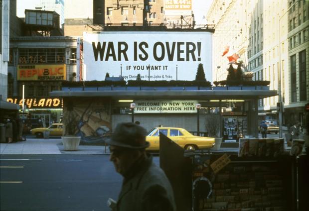 Yoko Ono e John Lennon WAR IS OVER! if you want it Happy Christmas from John & Yoko (A GUERRA ACABOU! se você quiser, Feliz Natal de John e Yoko). Times Square, Nova York, 15 de dezembro, 1969 (Foto: ©Yoko Ono)