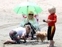 Coberta da cabea aos ps, Gwen Stefani leva os filhos  praia