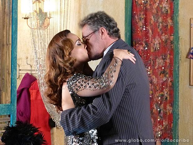 Duque e Guiomar se beijam apaixonadamente (Foto: Flor do Caribe / TV Globo)