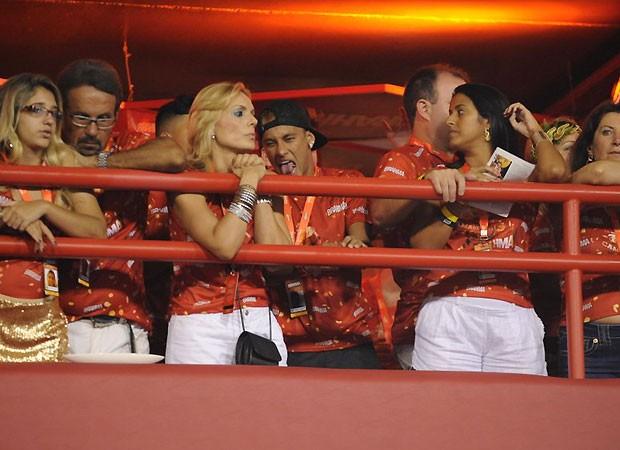 Neymar fez cara feia para os fotógrafos enquanto assistia ao desfile da namorada (Foto: Foto Rio News)