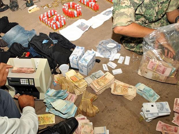 Além das armas e munições, todo o dinheiro do banco foi recuperado. (Foto: Divan de Souza/Arquivo pessoal )