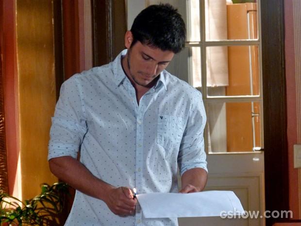 André acende isqueiro para queimar envelope com pistas de seu passado (Foto: Em Família/ TV Globo)