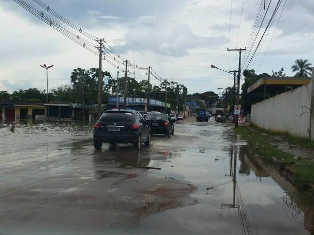 água atingiu outro lado da rua Rogério Weber devido a chuva desta terça-feira, 10 (Foto: Reprodução/TV Rondônia)