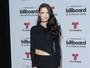 Adriana Lima arrasa com vestido sensual em prêmio de música nos EUA