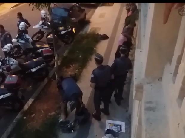 Policial coloca material na mochila de manifestante (Foto: Reprodução/Jornalistas Livres)
