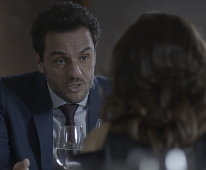 Alex negocia book rosa para Bruno (Foto: TV Globo)