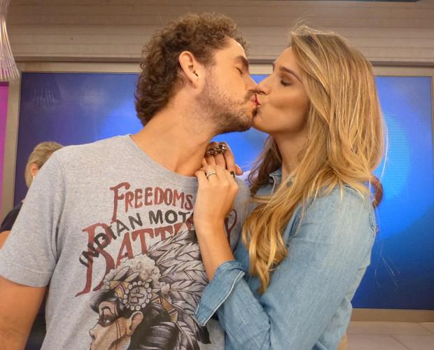 Felipe Andreoli tasca um beijo na mulher Rafa Brites (Foto: Marcele Bessa / Gshow)