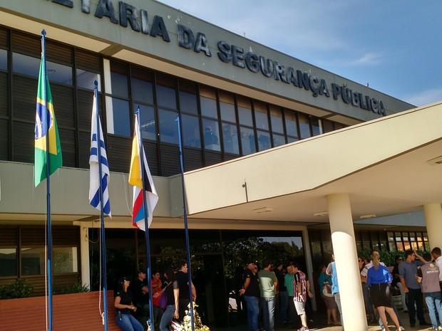 Porta da SSP foi tomada por policiais civis, em Palmas (Foto: Monique Almeida/G1)