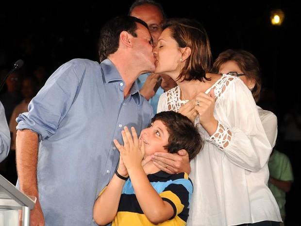 Paes ganha beijo de sua esposa depois de vencer a eleição no Rio de janeiro no primeiro turno (Foto: Alexandre Durão/G1)