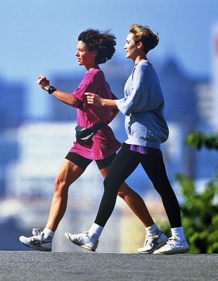 duas mulheres caminhando (Foto: Getty Images)