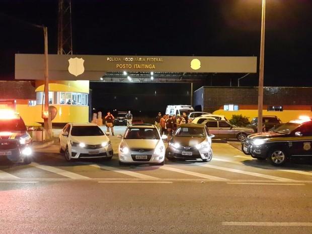 Os carros recuperados foram roubados em março e em junho, segundo os registros de queixas de roubo (Foto: Divulgação/PRF-CE)