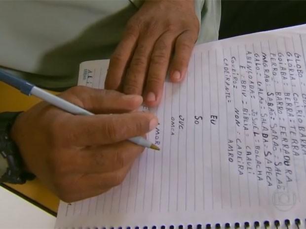 Trabalhadores aprendem a escrever (Foto: Reprodução/Globo Nordeste)