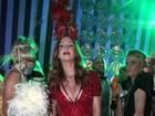 Dama de vermelho: Marina Ruy Barbosa usa look decotado em baile
