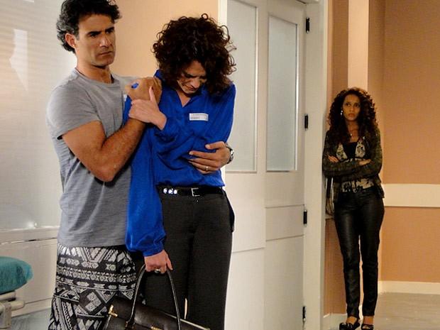 Penha vê Lygia sofrendo ao lado de Gilson (Foto: Cheias de Charme / TV Globo)