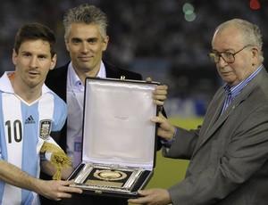 Messi recebe prêmio da federação argentina (Foto: AFP)