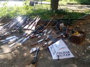 Armas apreendidas em operação da PM em Pompéu (Foto: PM/Divulgação)