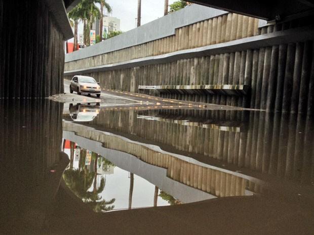 Túnel foi tomado por água no início desta sexta (24). Por isso, trânsito foi interditado (Foto: Kety Marinho / TV Globo)