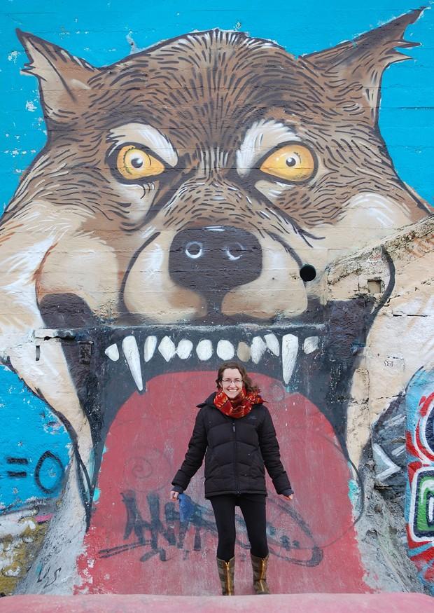 """Rachael Pecore-Valdez parece ser """"engolida"""" por um grafite com o desenho de lobo em um parque de skate em Reykjavik, na Islândia (Foto: Jaimes Valdez/AP)"""