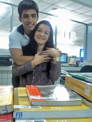 Divina Aguiar com seu filho Renato que fará o Enem 15 anos depois dela (Foto: Divulgação/Farias Brito)