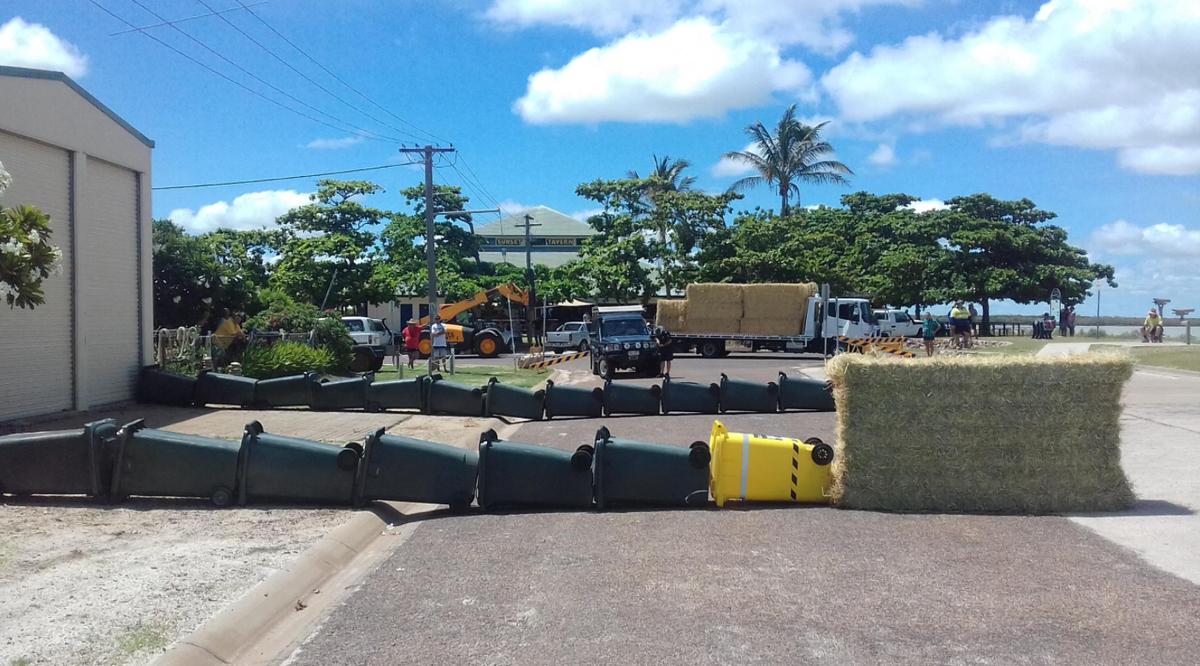 Barreira construída pela polícia para segurar o crocodilo (Foto: Divulgação)