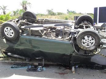 Van tinha 13 passageiros e um deles morreu no hospital. (Foto: Divulgação/ PRF-PE)