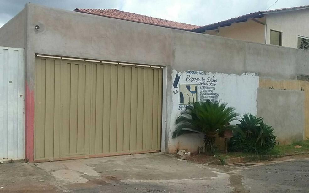 Entrada da clínica de estética 'Espaço das Divas', que funciona em uma casa da Colônia Agrícola Samambaia, em Vicente Pires, no Distrito Federal (Foto: Raquel Morais/G1)