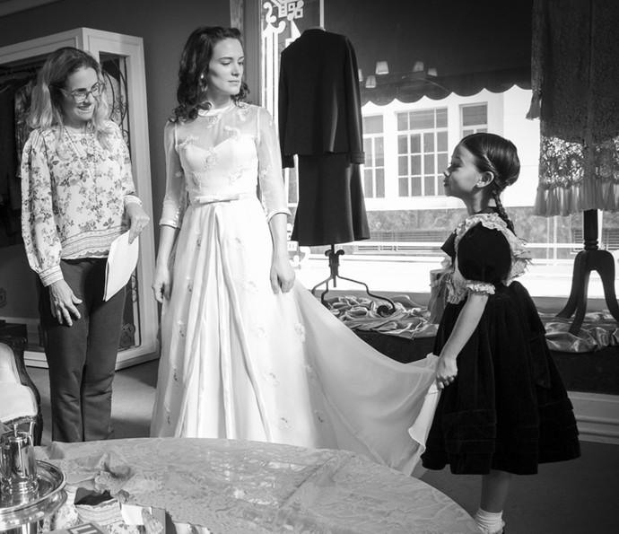 Diretora Ana Paula Guimarães ensaia com Bianca Bin e Nathália Costa (Alice) a cena em que Maria experimenta seu vestido de noiva (Foto: Raphael Dias/Gshow)
