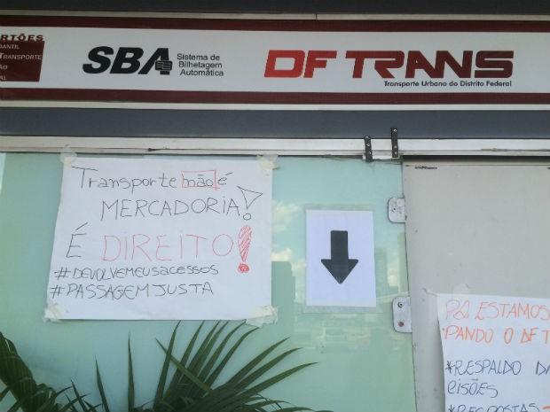 Cartazes afixados na porta do posto do DFTrans na rodoviária (Foto: Jamile Racanicci/G1)