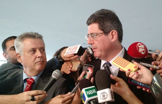 Ministro da Fazenda, Joaquim Levy (dir.), concede entrevista ao lado do governador do DF, Rodrigo Rollemberg (Foto: Laís Alegretti/G1)