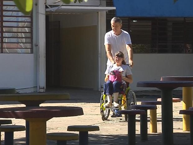 Aposentado Josué acompanha filha na escola (Foto: Reprodução/TV TEM)