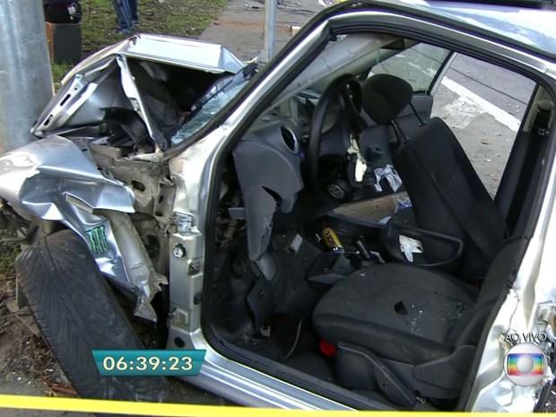 Carro bateu em um poste na Marginal Tietê na madrugada desta segunda-feira. Um casal e uma criança de quatro meses ficaram feridos (Foto: Reprodução/TV Globo)