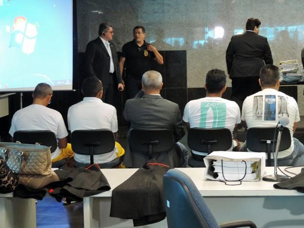 Sargento reformado da PM-PB Flávio Inácio Pereira (centro) foi interrogado.  (Foto: Katherine Coutinho / G1)