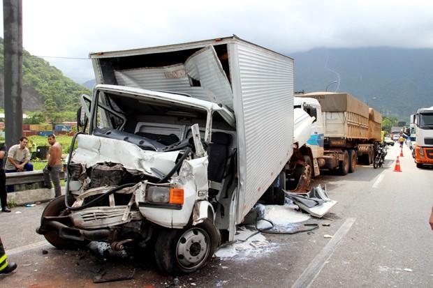 Um dos caminhões ficou com a cabine completamente destruída na Via Anchieta, SP (Foto: Phelipe Vasconcelos/TV Tribuna)
