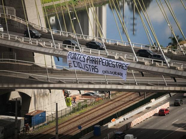 Cicloativistas colocaram faixa na Ponte Estaiada (Foto: Fábio Tito/G1)