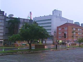 Porto Alegre amanheceu chovosa nesta segunda (Foto: Reprodução/RBS TV)