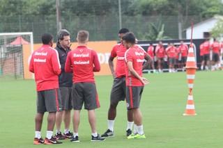 Argel conversa com jogadores do Inter em treino no CT (Foto: Tomás Hammes / GloboEsporte.com)