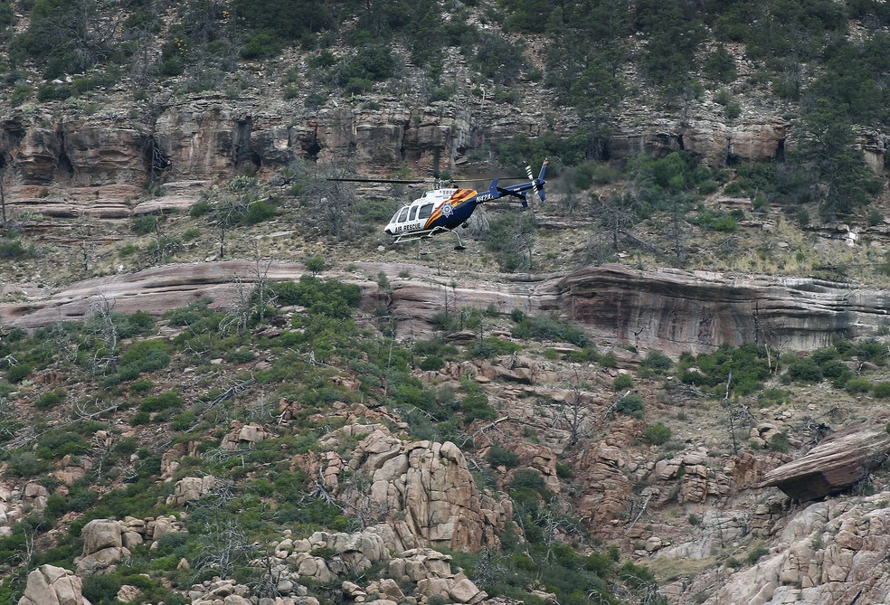 Equipes de resgate sobrevoam região atingida por inundação no Arizona (Foto: Ralph Freso/AP)