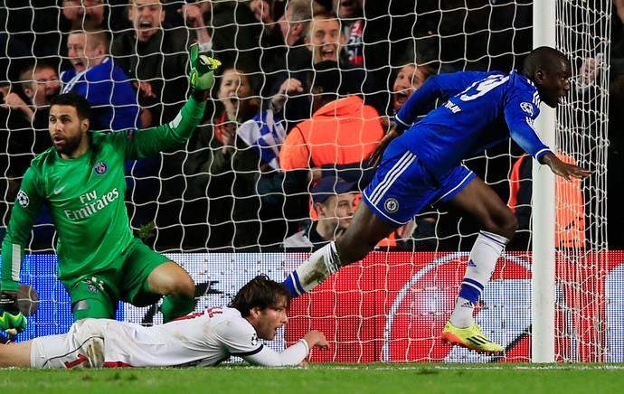 Demba Ba Chelsea x PSG (Foto: AFP)