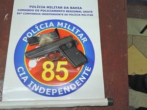 Polícia apreendeu pistola com suspeitos de roubo (Foto: Blog do Braga)