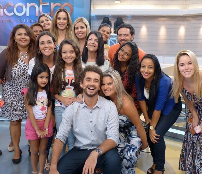 Ana Furtado e Felipe Andreoli posam com a plateia nos bastidores do Encontro (Foto: Cristina Cople/Gshow)