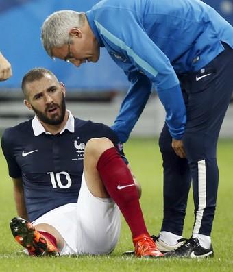 Benzema lesionado - França - Armênia (Foto: Reuters)