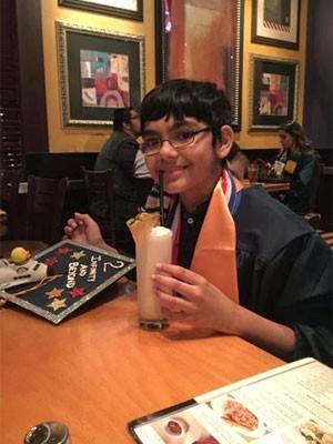 No Twitter, Tanishq publicou uma foto na comemoração da colação de grau (Foto: Reprodução/Twitter/iscienceluvr)