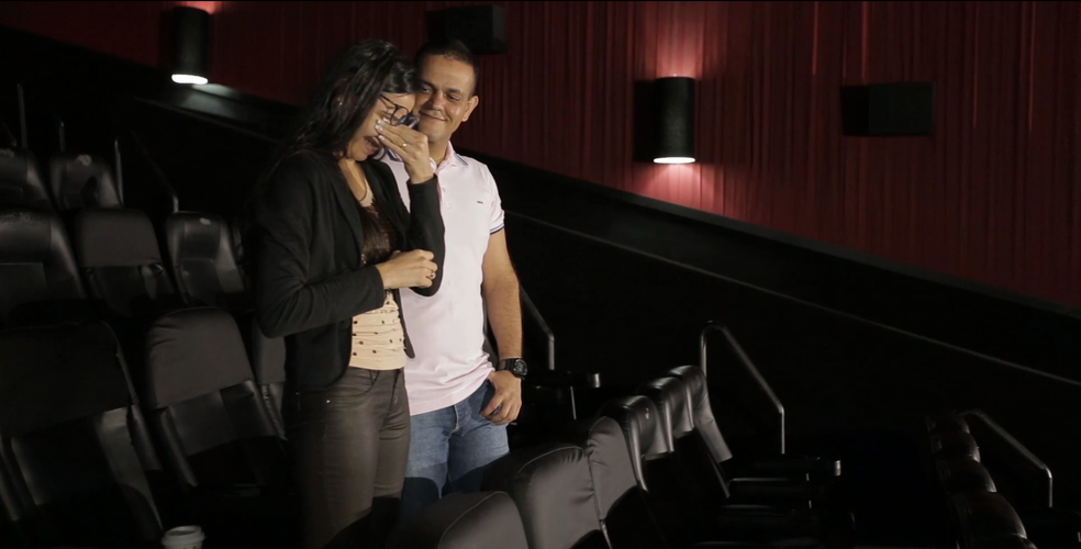Andréia ficou emocionada ao ver as famílias deles na sala de cinema após o pedido de casamento (Foto: Reprodução)