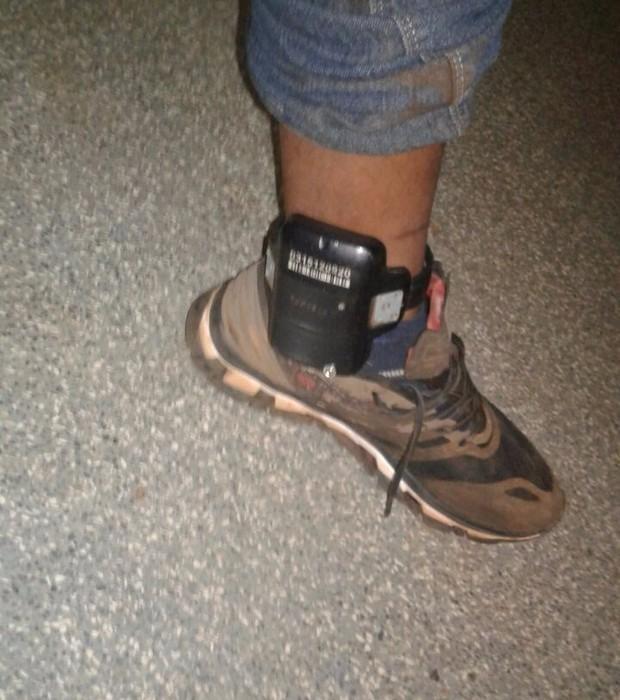 Traficante usava tornozeleira eletrônica ao ser preso com carregamento de maconha na fronteira com o Paraguai (Foto: Divulgação/DOF)