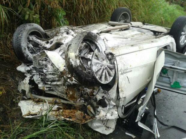 Veículo ficou completamente destruído (Foto: Divulgação/PRF)