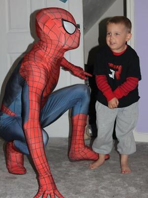 O Homem-Arana no meet and greet com Jayden (Foto: Reprodução/ Facebook)