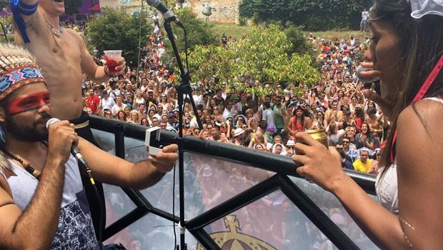O produtor de eventos Jonatas dos Santos, de 24 anos, aproveitou o desfile do bloco carnavalesco Casa Comigo e pediu em casamento a namorada Sara Moraes, de 23 anos (Foto: Cauê Fabiano/G1)
